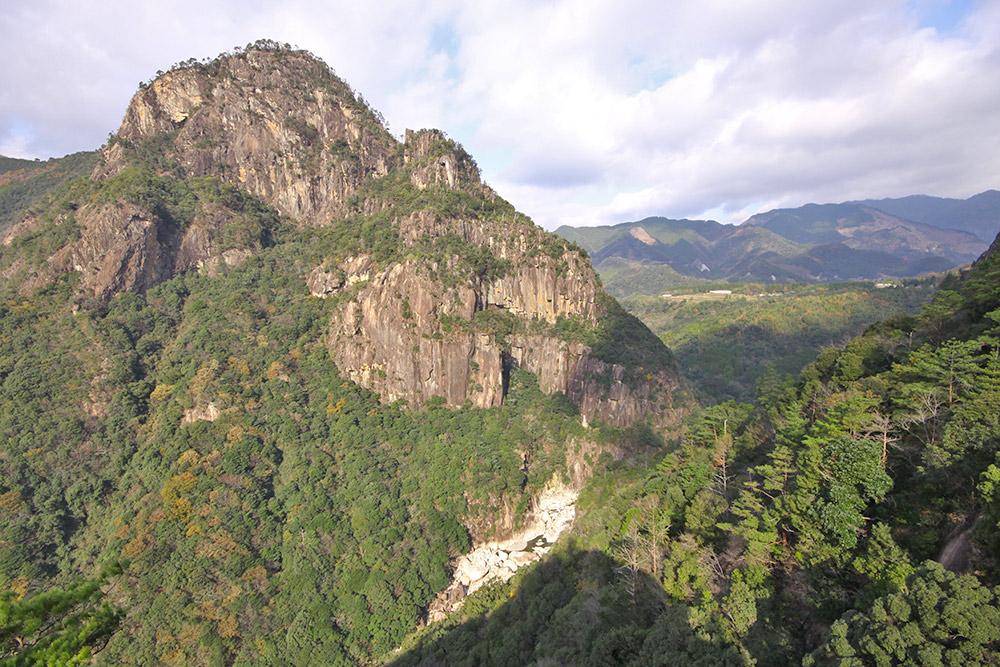 綱ノ瀬川を挟んで反対側にそびえる矢筈岳を眺める