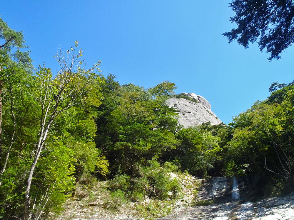 鉾岳谷から見上げる雌鉾のスラブ