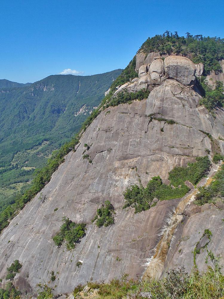 大迫力の鉾岳(雌鉾)の一枚岩