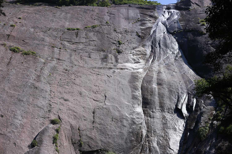 鉾岳から流れ落ちる大滝