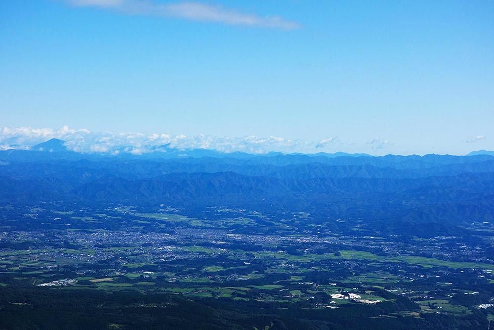 左側の雲の横にそびえる高い山が市房山