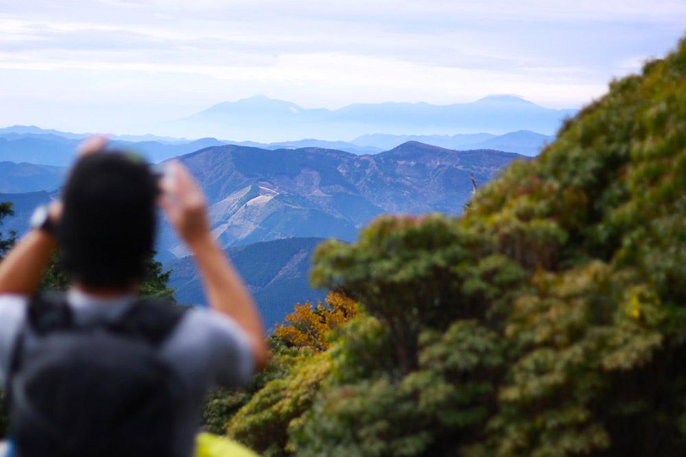 市房山の登山道から眺める霧島連山