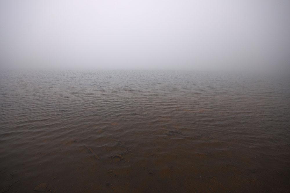 雲の中で神秘的な大幡池を楽しむ