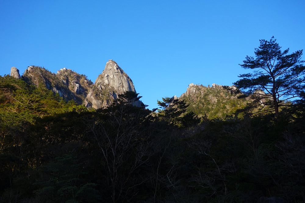 祝子川から眺める大崩山の岩群ン