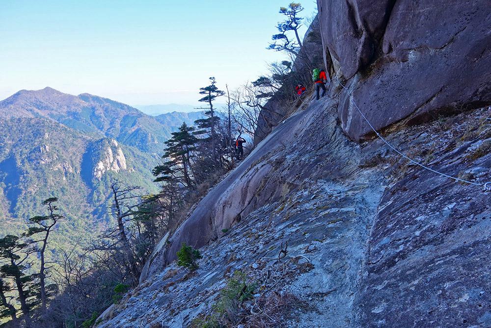 難所のひとつとして知られる像岩のトラバース