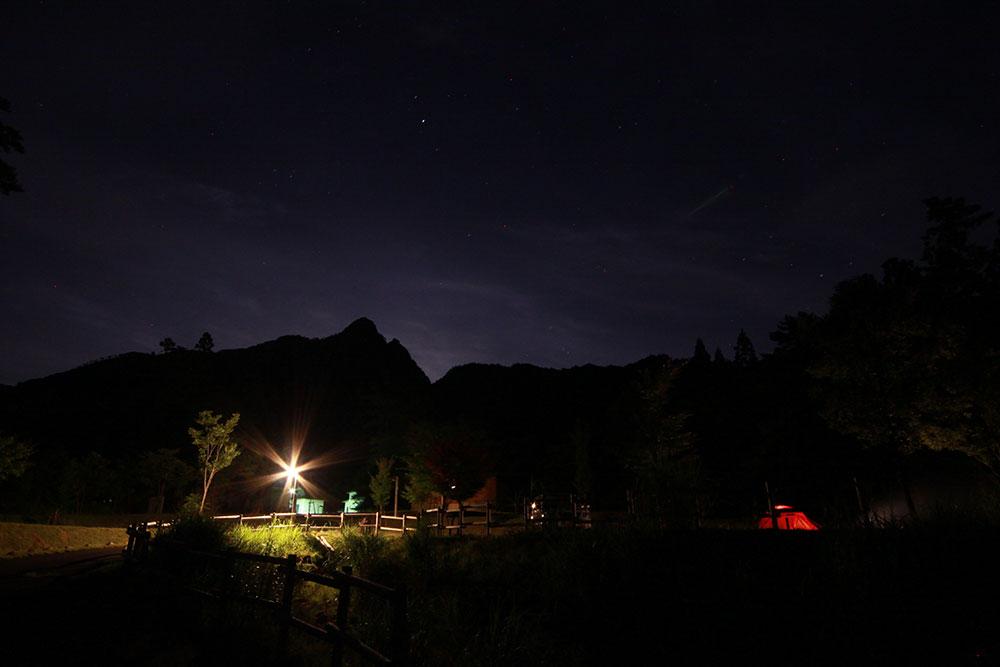 鉾岳と星空を楽しめる夜の鹿川キャンプ場