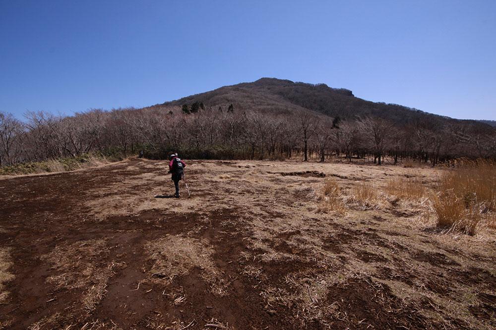 山頂へ向かう途中で通る千間峠からは祖母山の山頂を眺めることができます