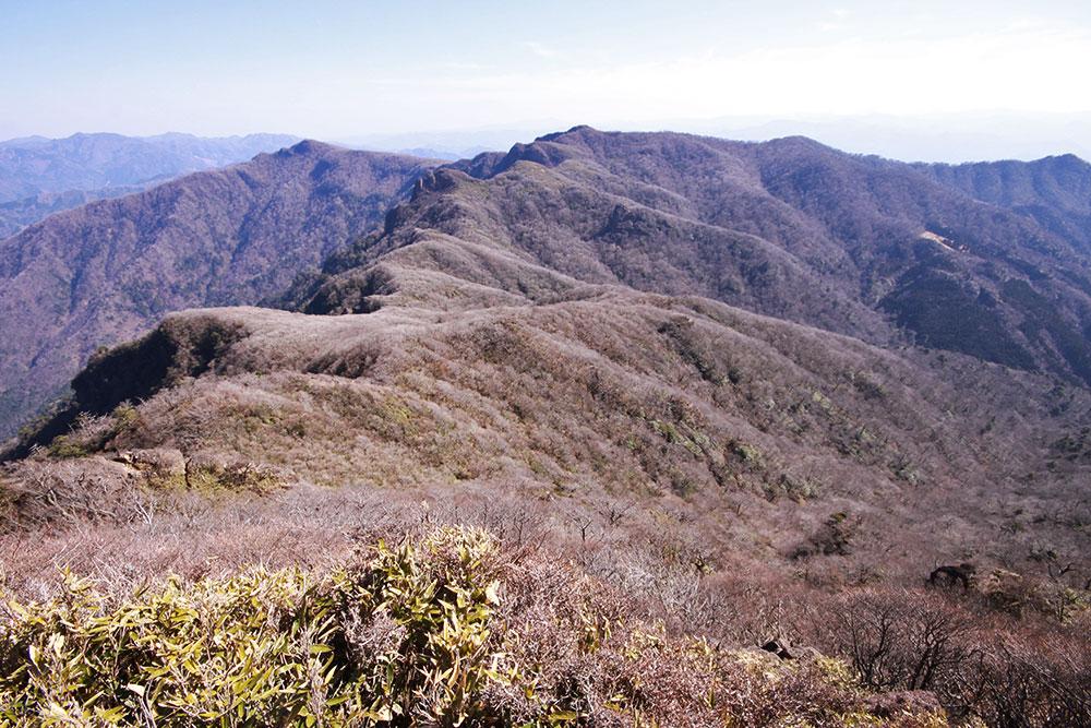 祖母山頂から眺める傾山方面の展望
