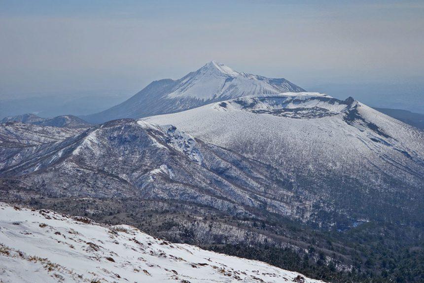 韓国岳から眺める新燃岳(手前)と高千穂峰(奥)