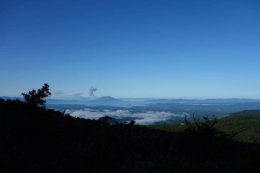 登山道から眺める噴煙をあげる桜島