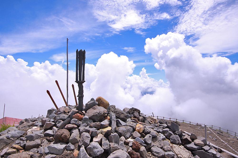 高千穂峰山頂で眺める逆鉾と夏の雲