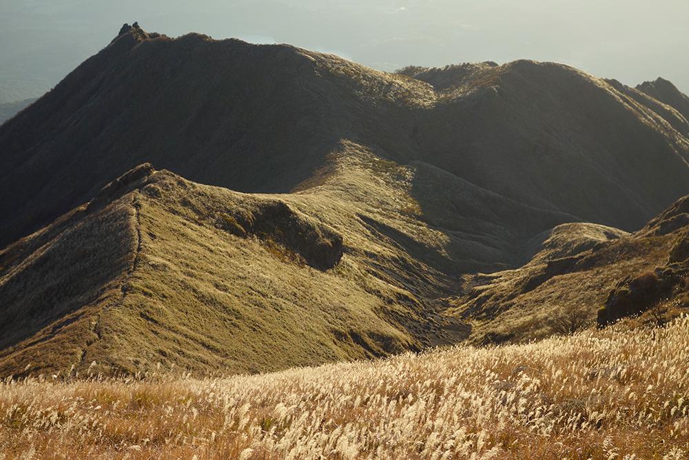 高千穂峰山頂から眺めるススキで美しい色に染まった稜線