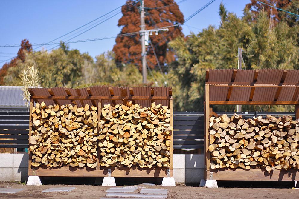 冬の薪割りは一気に体が暖まります