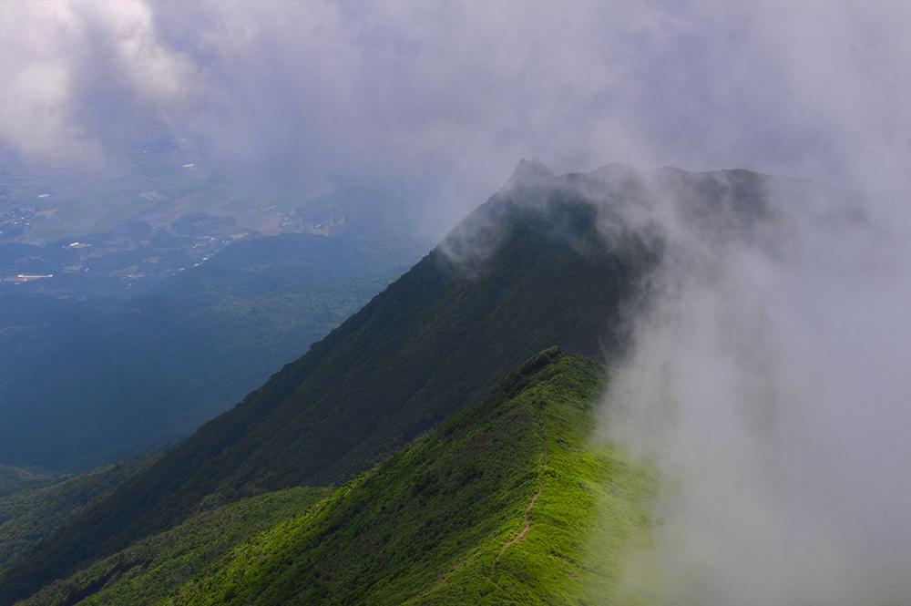一瞬で稜線を覆い隠そうとする雲