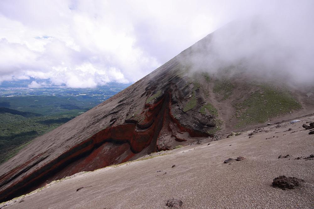 火山灰が堆積して作られた地層がむき出しになっている箇所も