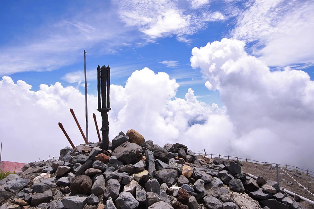 今はレプリカとなっていますが、天の逆鉾が山頂に