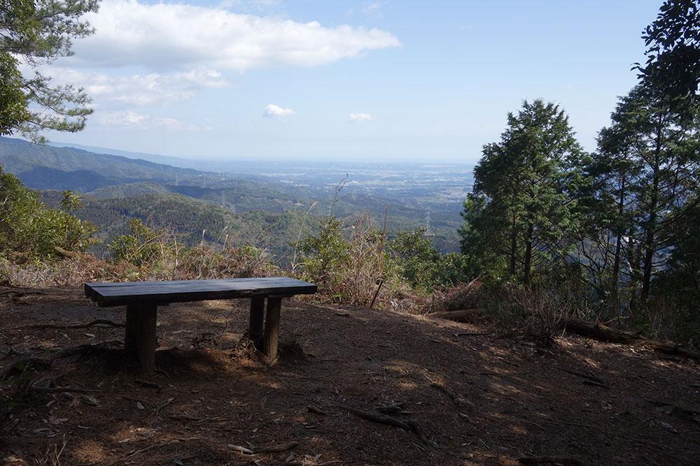 豊富に設置されているベンチで適度に休憩をはさみながら楽しめます
