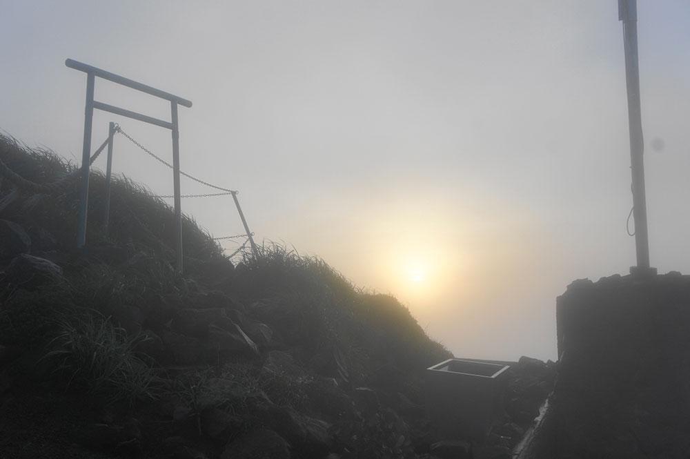雲の中で神秘的な山頂