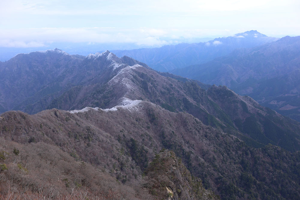 霧氷のつき始めた山々