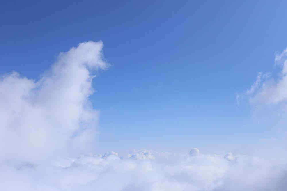 冬と思えない空の模様