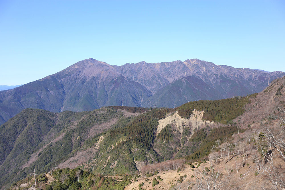 石堂山から眺める市房山は雄大でカッコいいものです