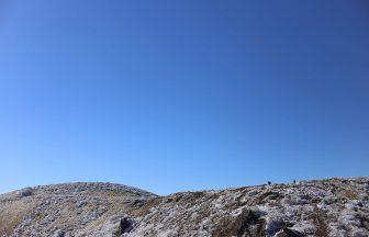 雲ひとつない稜線を歩いて