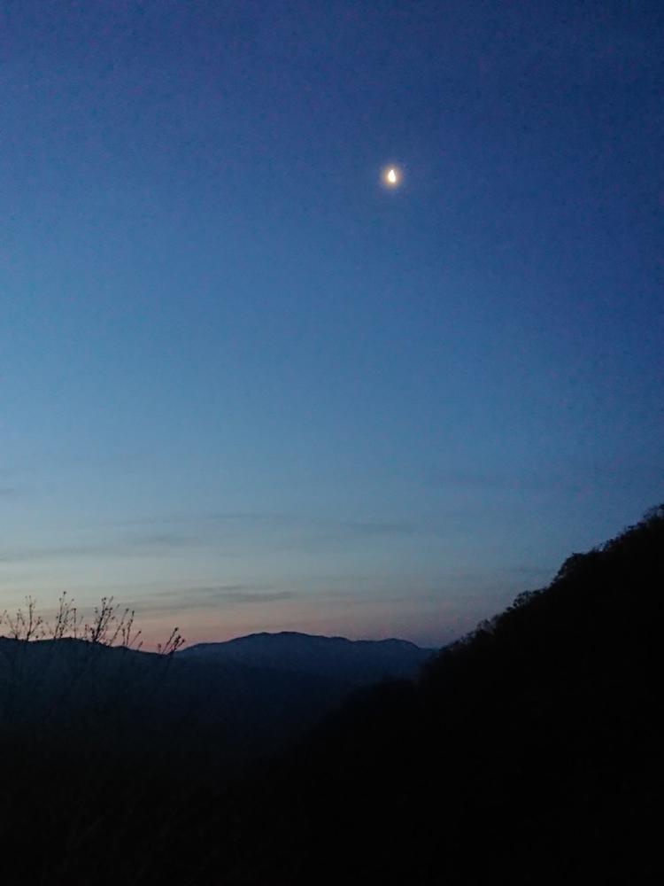 美しい夜の時間も山の中で