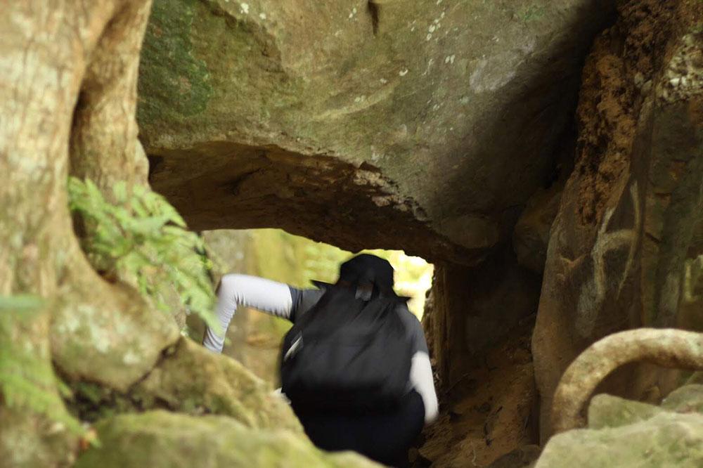 巨岩の下をくぐって歩くルート