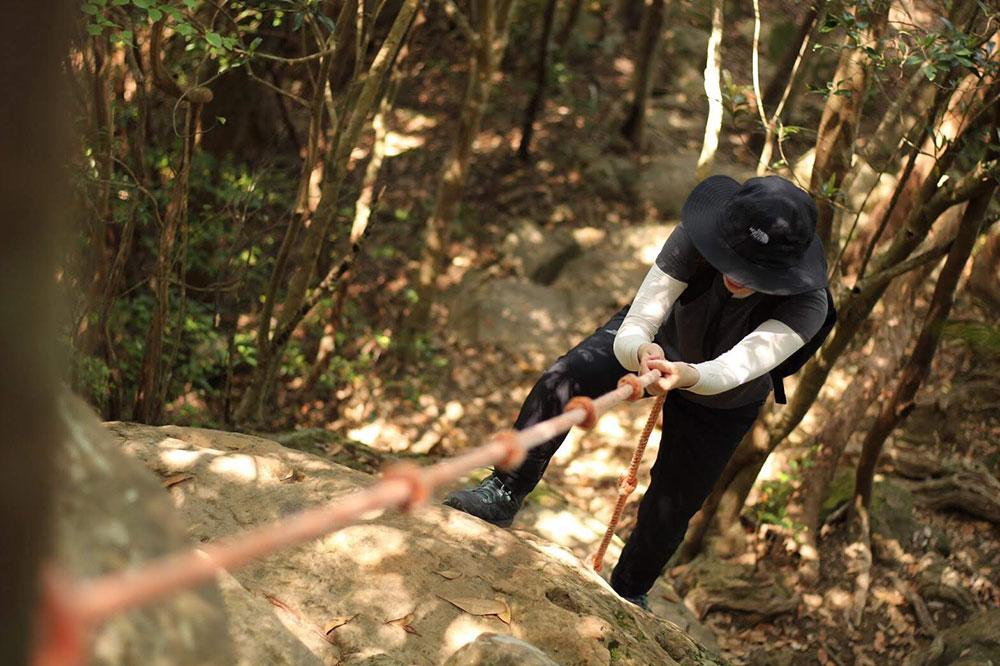 ロープを使って登る場所も