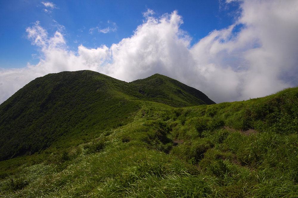 真っ青な空と夏の山