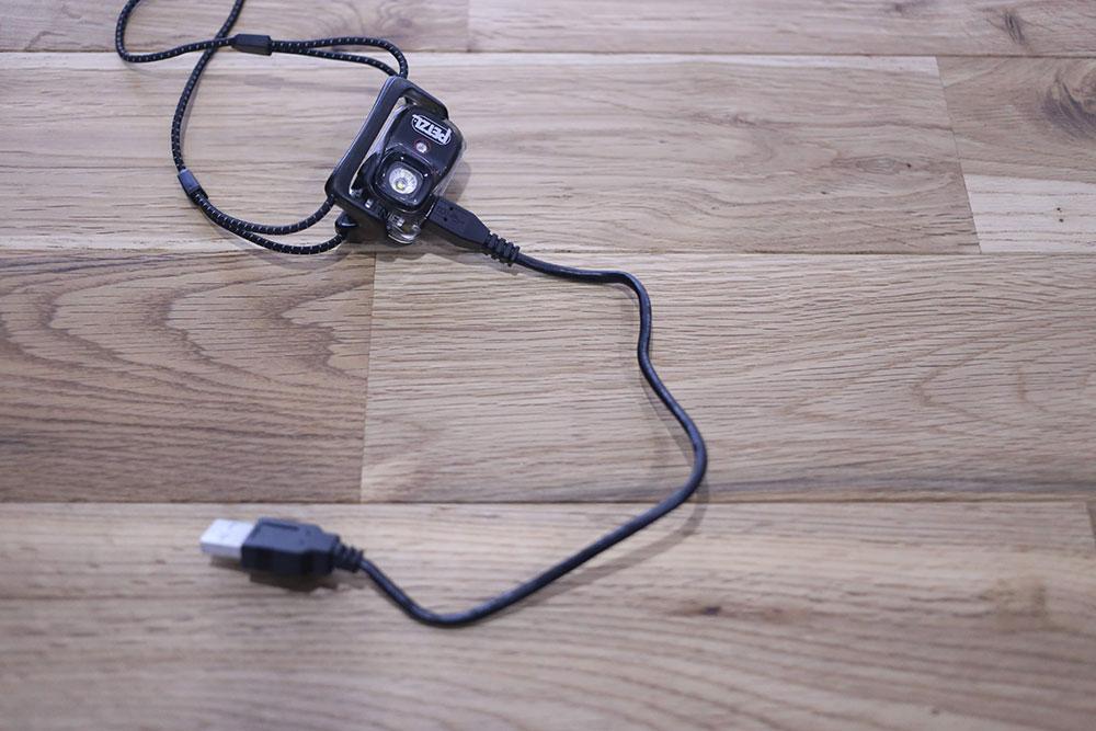 USBケーブルで充電します