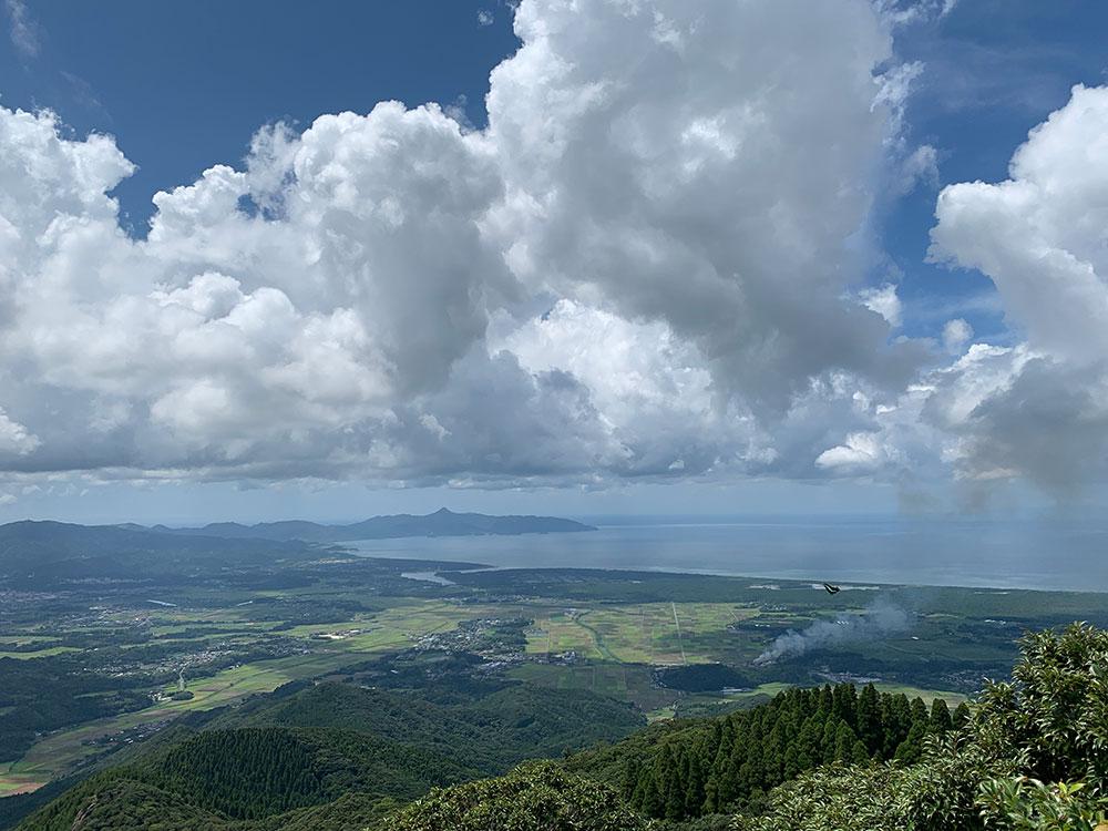夏の雲と海まで見渡せる風景