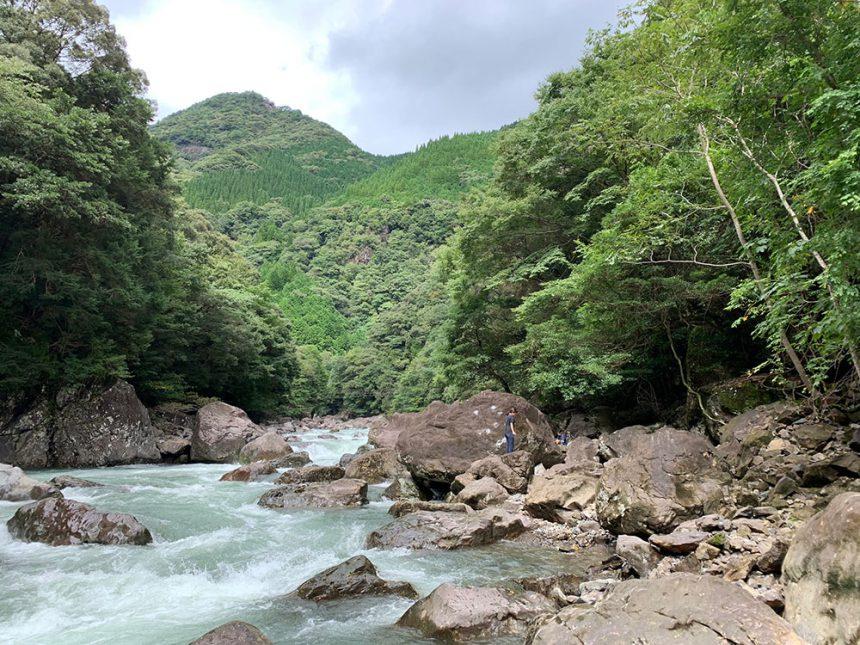 雨で増水している祝子川