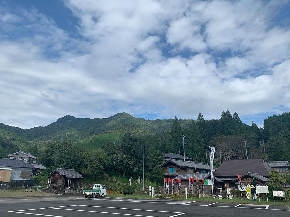 駐車場から可愛岳を眺める