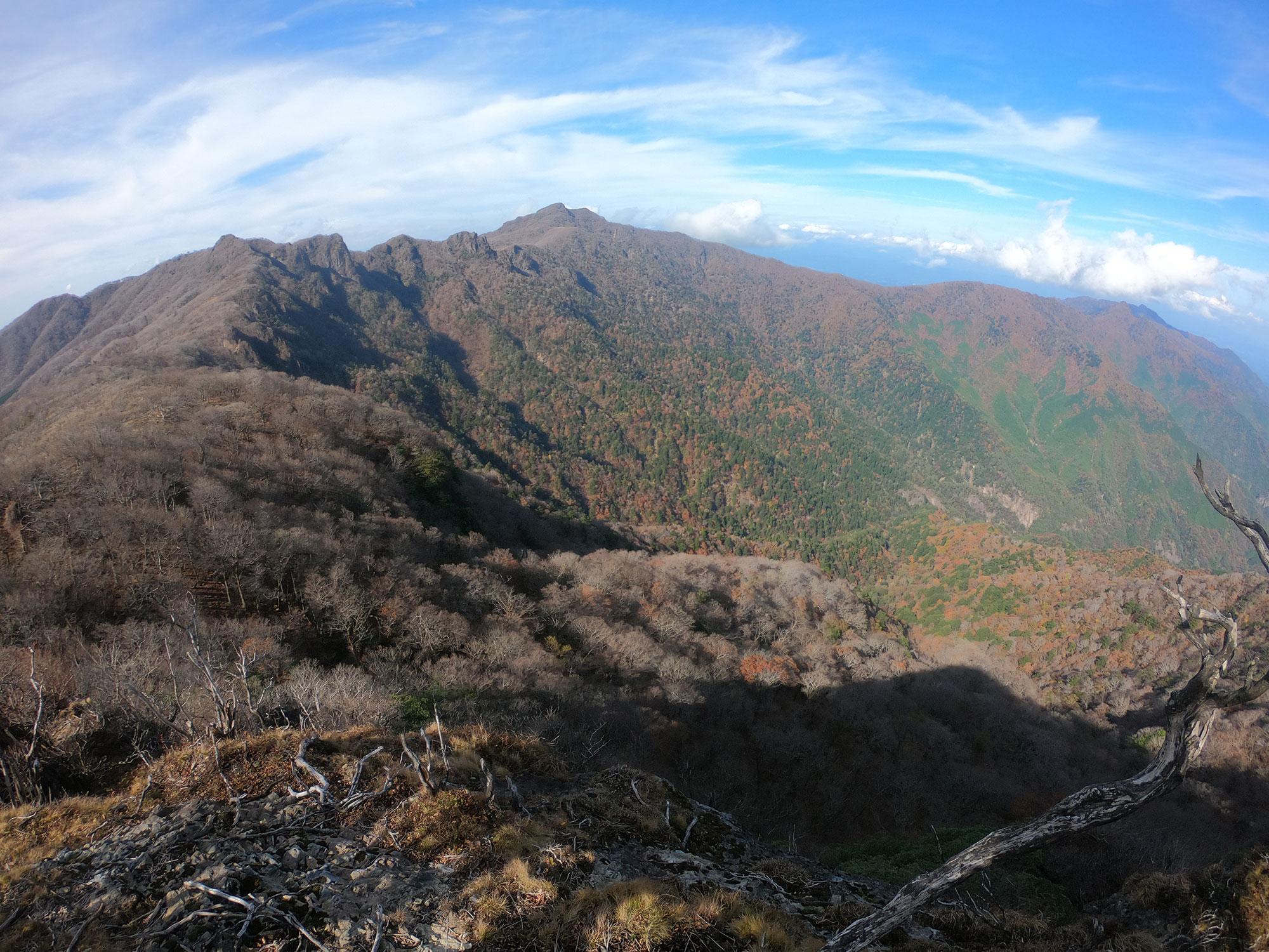 山頂手前の展望所から眺める祖母山方面