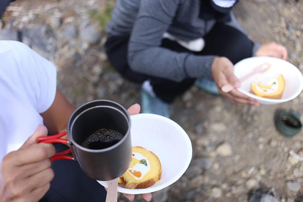 山頂で贅沢に冷えたケーキと淹れたて珈琲