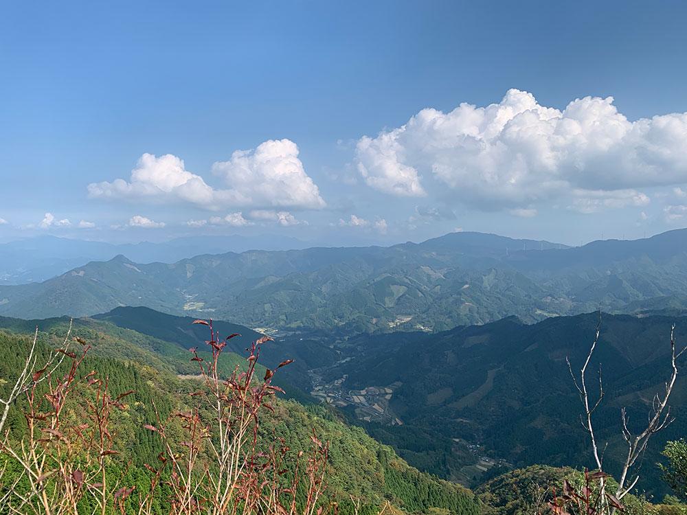 飯干峠方面の風力発電も見える展望