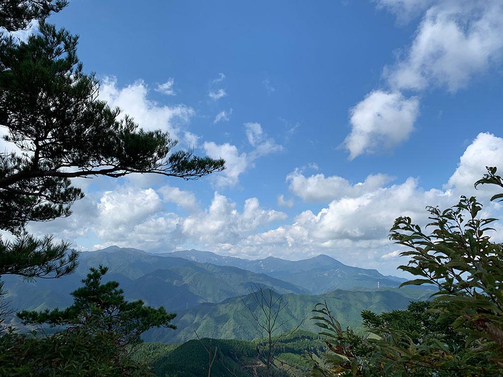 山頂から眺める大崩山方面