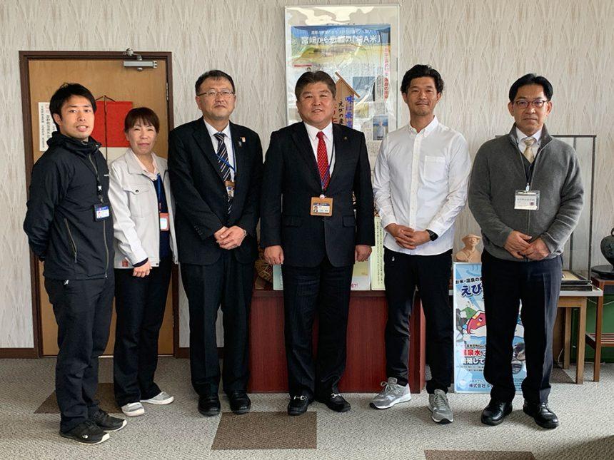 村岡市長、観光商工課の方々に産業振興機構の方と記念撮影