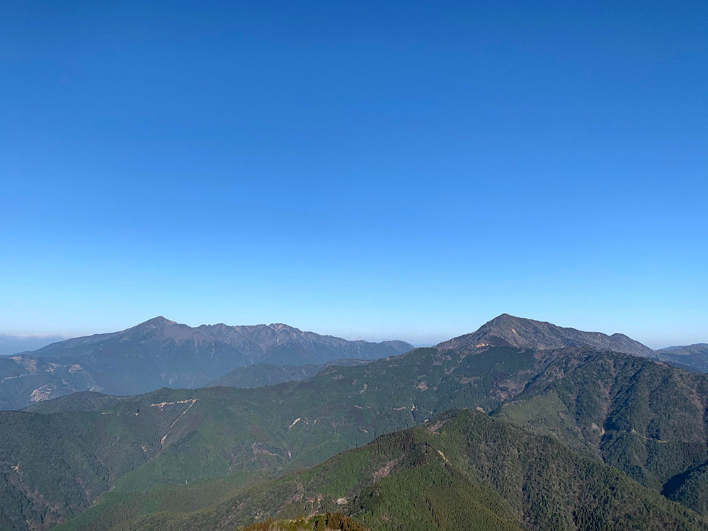 市房山(左)と石堂山(右)