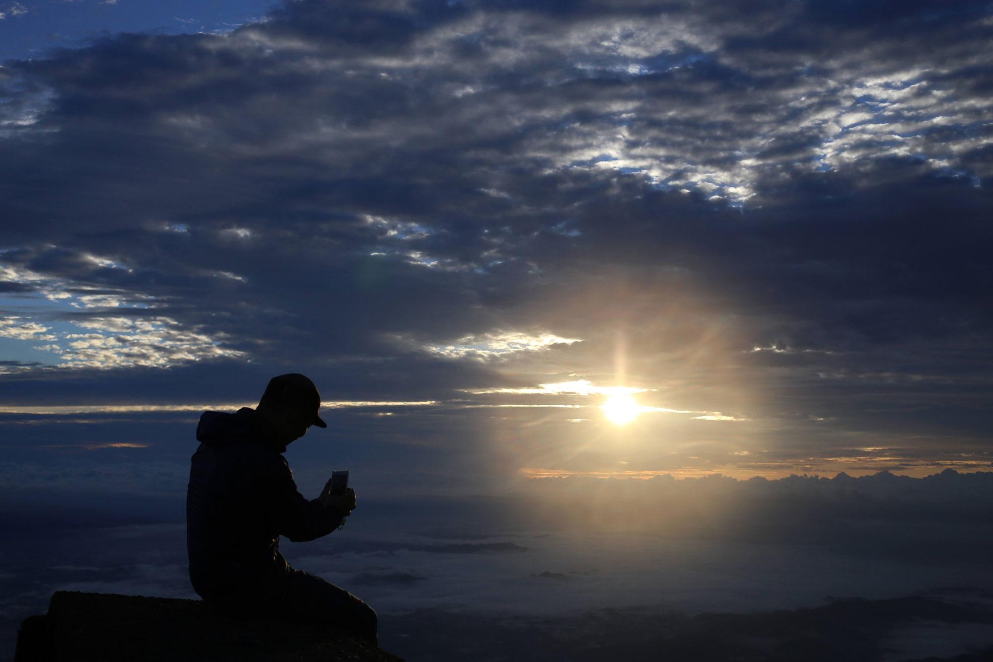 高千穂峰で朝日を楽しむ案内人