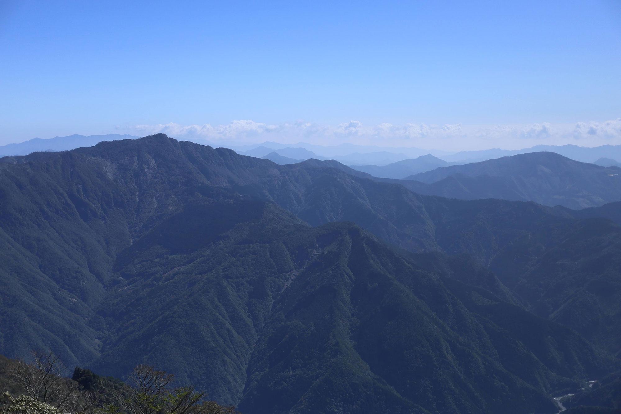 市房山の登山道から眺める石堂山