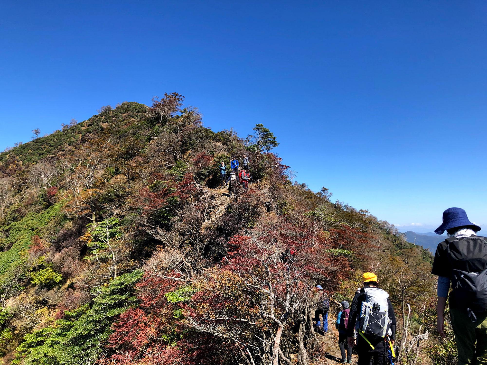 紅葉に色づき始めた石堂山の岩場