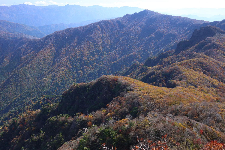 山頂から眺める古祖母山方面