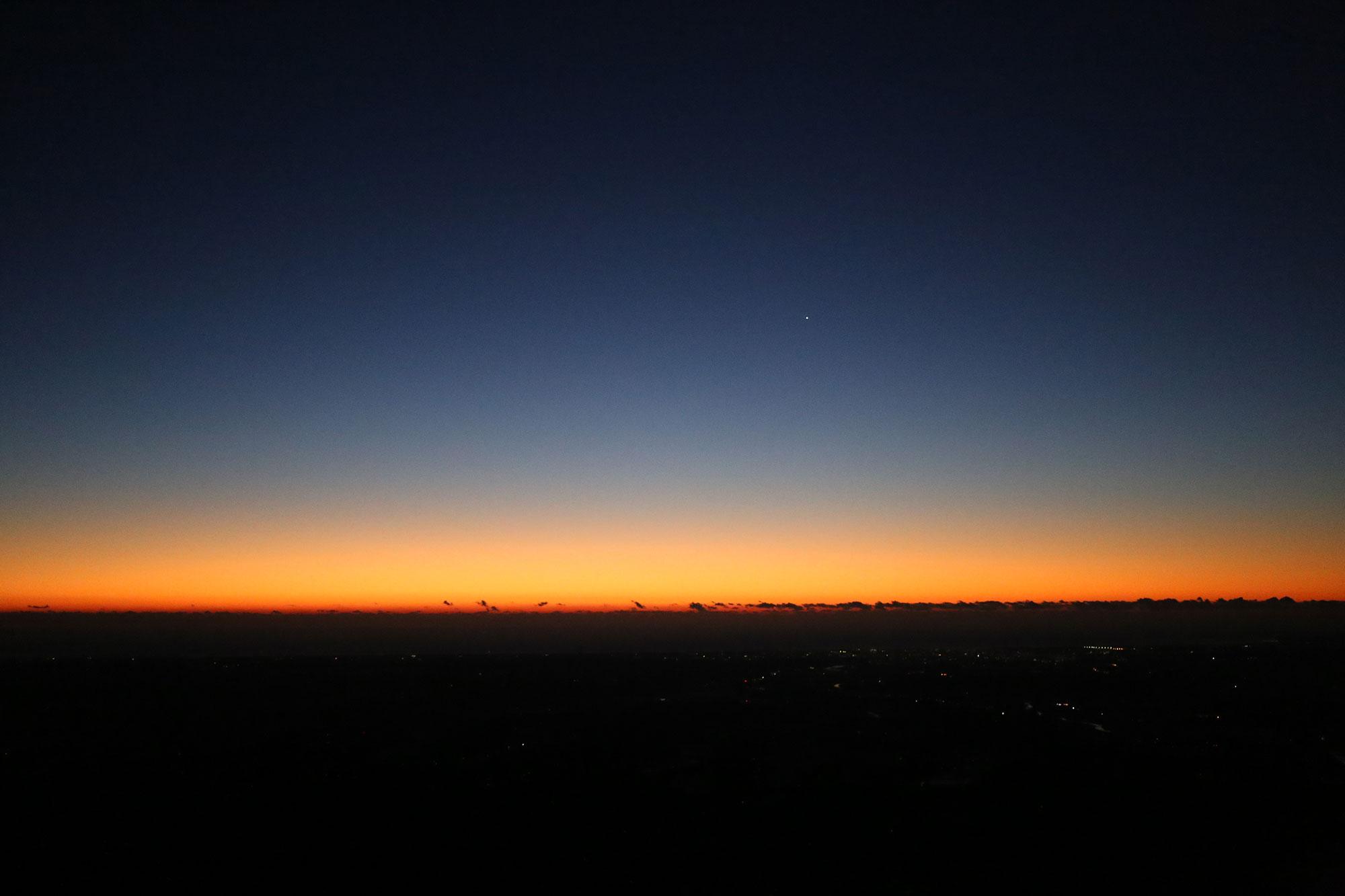 朝の日の出前の時間