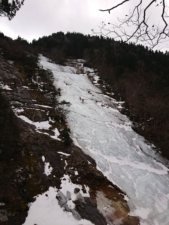 氷壁を登攀する方々