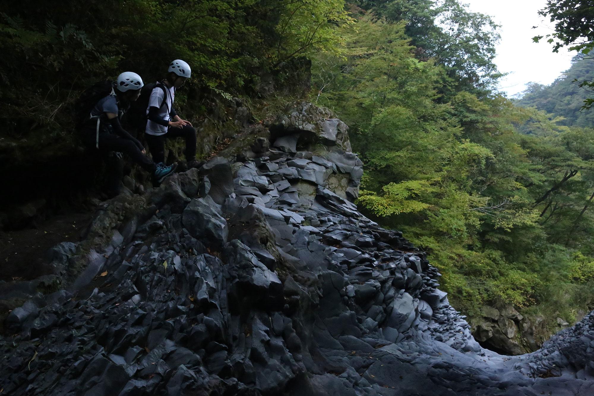 溶岩流で作られた絶景の谷で
