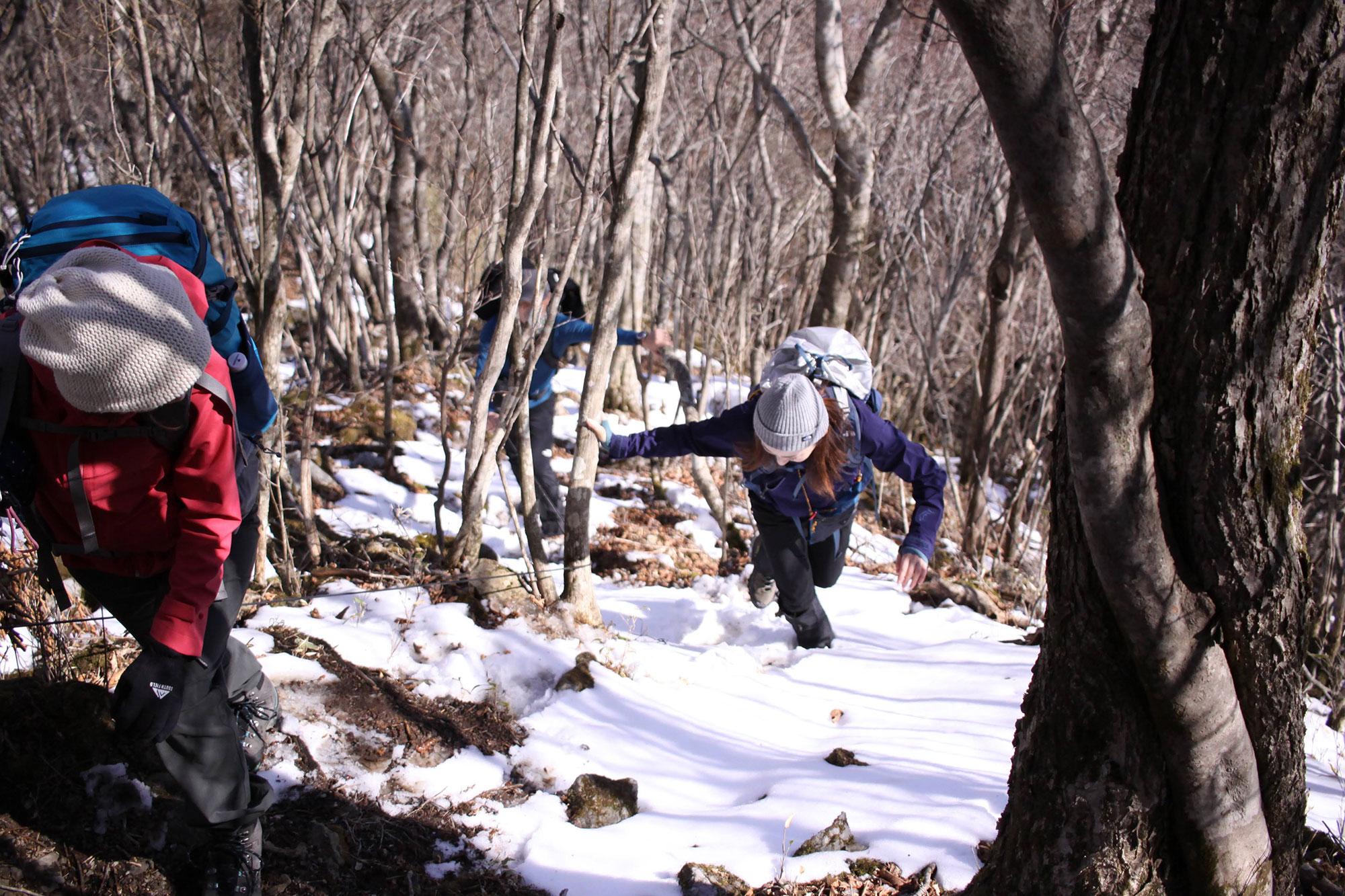 所々に雪の残る登山道