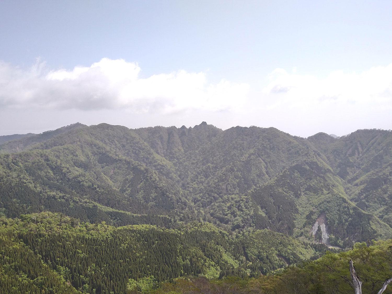 登山道から眺める鹿納山