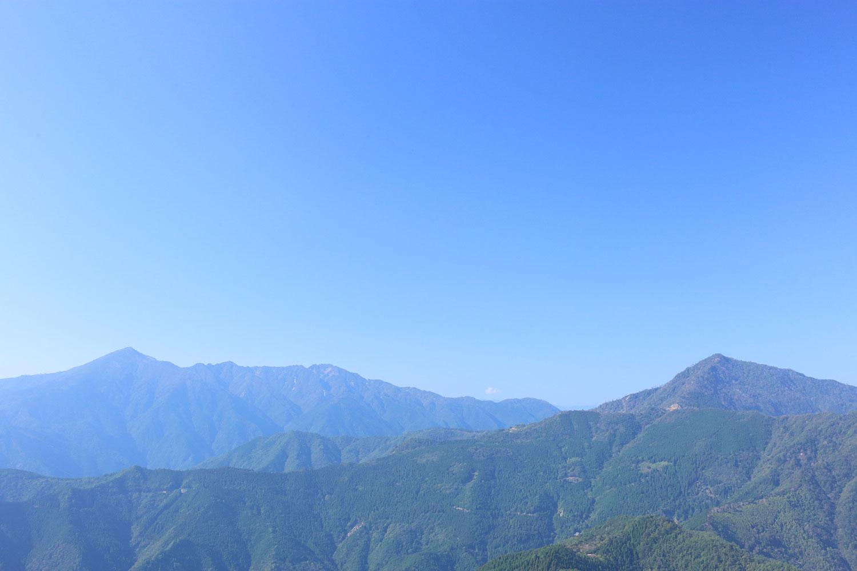 天包山から眺める市房山(左)と石堂山(右)